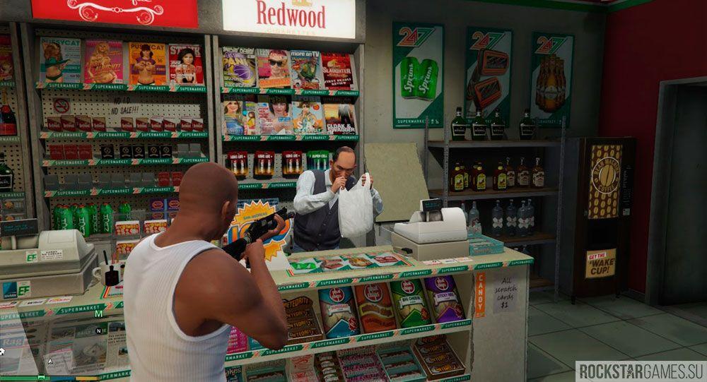 Продавец собирает деньги в пакет
