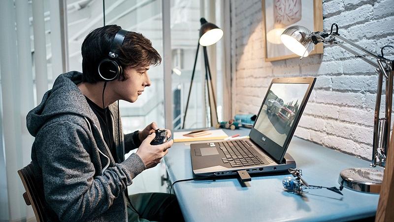 играть за компьютером