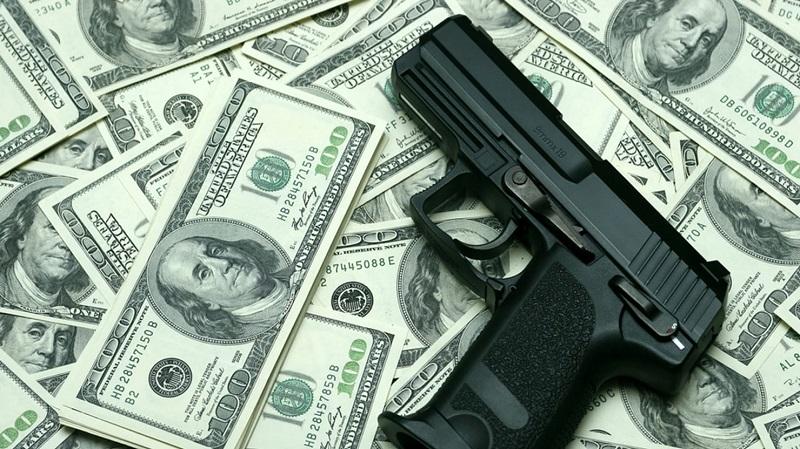 пистолет на долларах